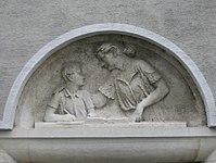 1100 Laxenburger Straße 203-217 Stg. 1 - Natursteinrelief Erzieherin von Anton Endstorfer IMG 7428.jpg