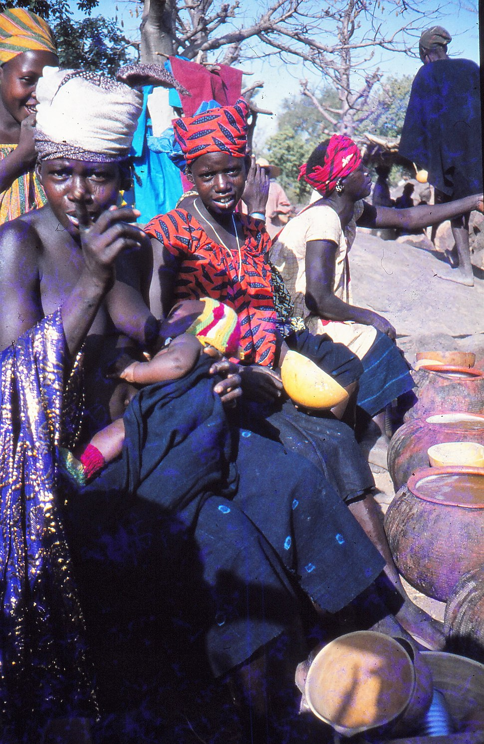 ASC Leiden - W.E.A. van Beek Collection - Dogon markets 21 - Women selling their beer warn the photographer that he also has to buy some, Tireli, Mali 1989