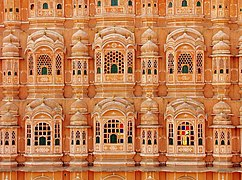 242px-A_close-up_of_Hawa_Mahal dans NEMROD34
