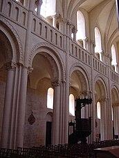 Abbaye aux Dames - Nef - Caen.jpg