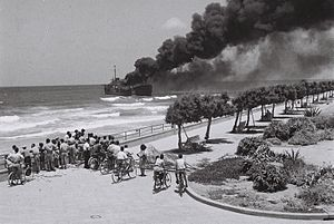1948 in Israel - Image: Altalena off Tel Aviv beach