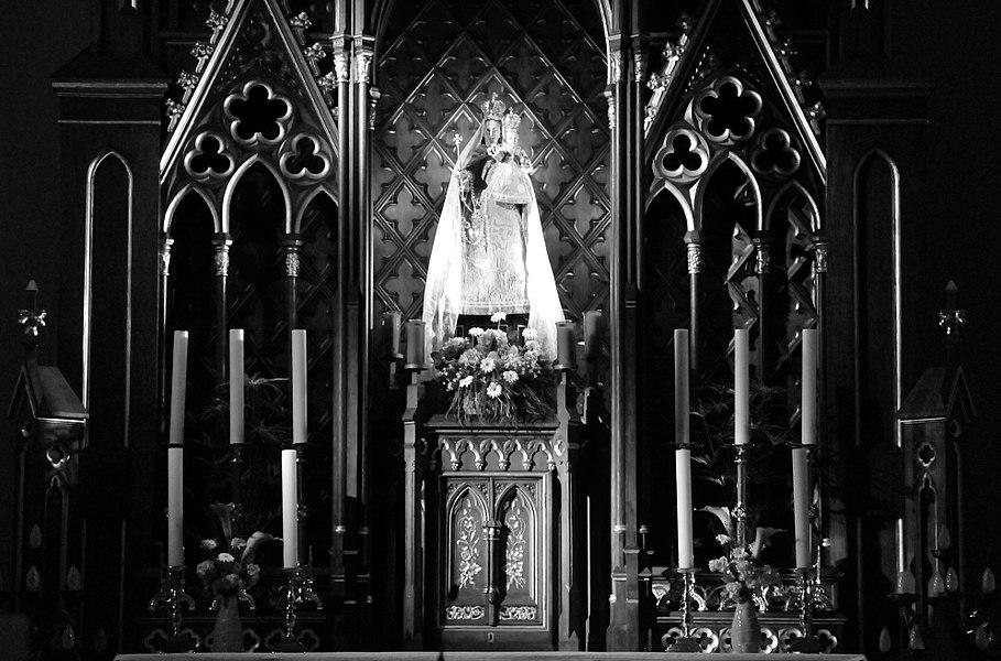 Eng Consolatrix-Statu um Héichaltor an der Péitenger Kierch.