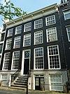 foto van Dubbel huis met gevel onder lijst met consoles deur en stoephekken