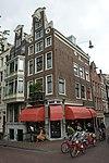 foto van Hoekhuis met halsgevel met twee oeils-de-boeuf in de voor- en een in de zijgevel