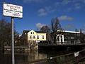 Angelverbot zwischen Ratsmühle und Hafenstraßenbrücke, Schild Fischereiverein Celle, Blick vom Ufer der Aller vor der Mühle Richtung Hafenstraße in Celle.jpg
