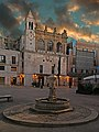 Bari Piazza Mercantile, palazzo del sedile e fontana della pigna.jpg