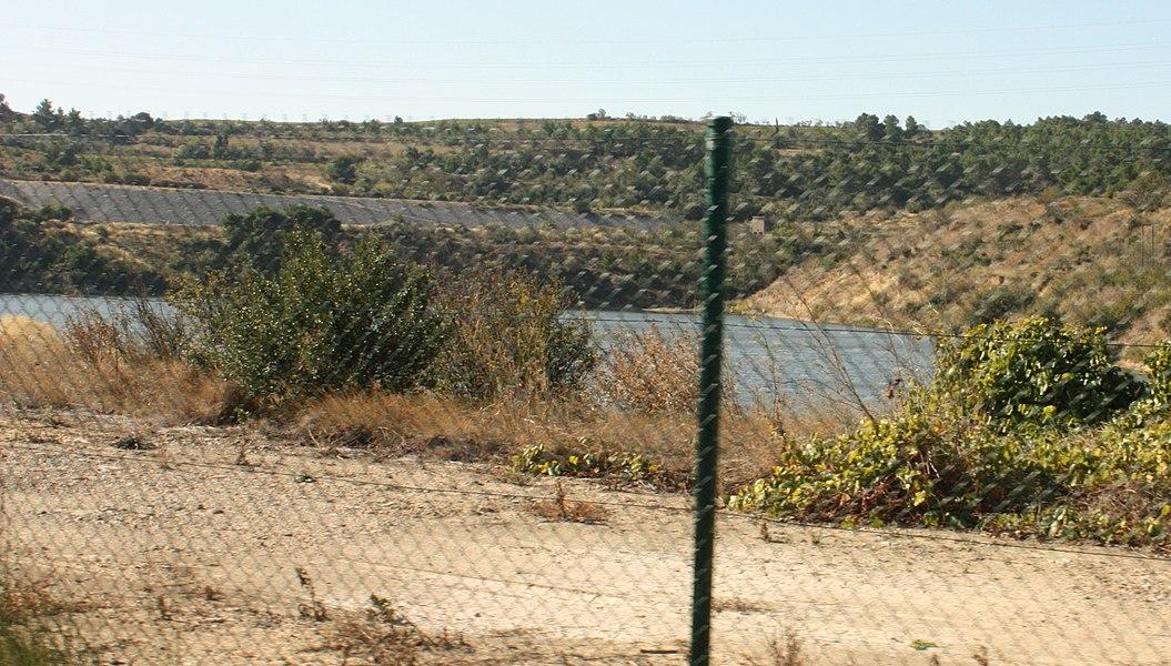 Photo d'un des bassins de l'usine de Malvési prise depuis l'extérieur du site.