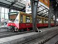 Berlin- Bahnhof Friedrichstraße- auf Bahnsteig zu Gleis 4- BVG-Baureihe 480 10.8.2009.jpg