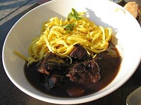 Boeuf bourguignon servi avec des pâtes.jpg