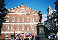 Faneuil Hall de Boston et statue de Samuel Adams