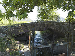 Bridge near Limyra - The rather modest Alakır Çayı, flowing under the 1st segmented arch.
