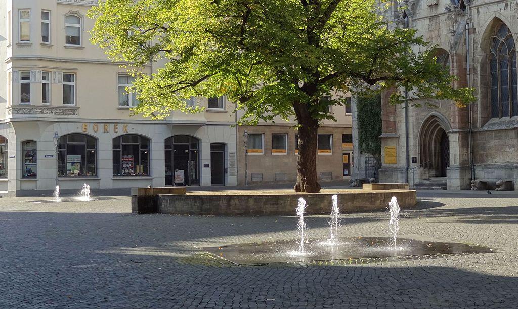 Die Liste der Brunnen in Braunschweig 1024px-Brunnen-Domplatz_BS-Img01