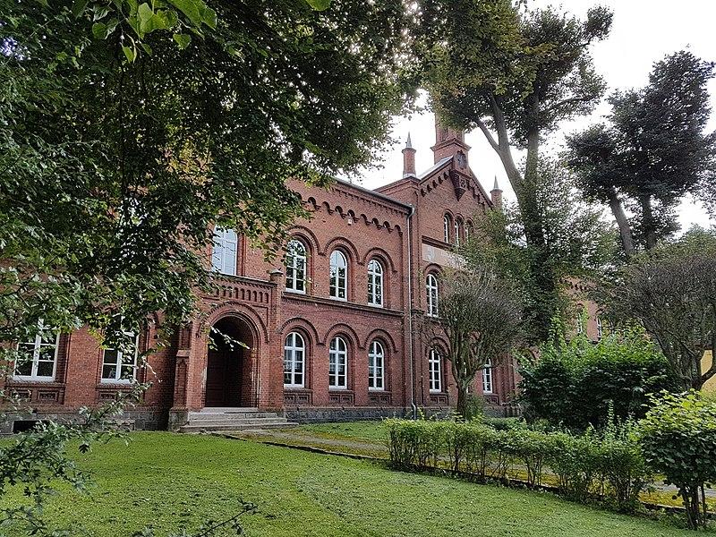 File:Budynek szkoły istnieje od 151 lat.jpg