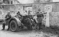 Bundesarchiv Bild 101I-301-1953-24, Seine-et-Oise, Soldaten mit Flak-Geschütz.jpg