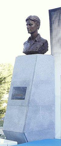 Busto de Miguel Ángel Blanco en los jardines a los que da nombre en Madrid.jpg