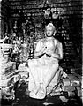COLLECTIE TROPENMUSEUM Een Boeddhabeeld in de tempel Tjandi Mendoet. TMnr 60007568.jpg