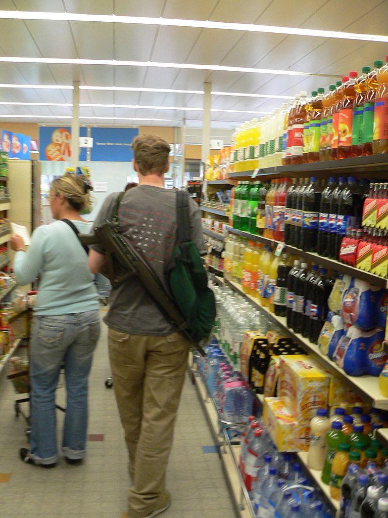 Na nákupu ve švýcarském supermarketu. Foto: Wikimedia / Rama.