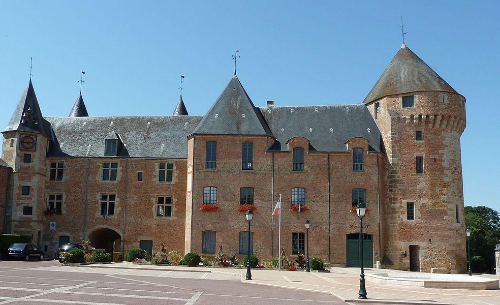 Château de Gacé, côté mairie.
