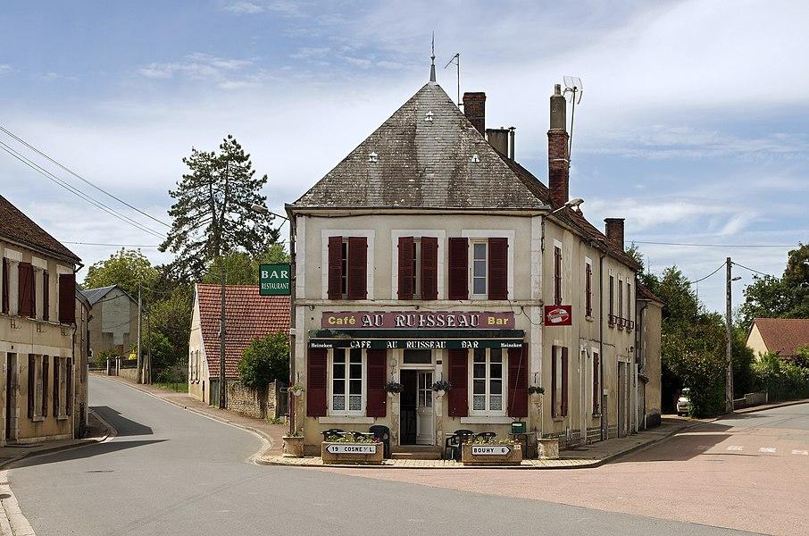 """Ciez (Nièvre).  Bar """"Le Ruisseau"""".   Le bar a été racheté par la commune en 2011. La gérante ouvre son bar peu après 5 heures du matin pour les chauffeurs des carrières de Jussy qui viennent prendre le café avant le travail. Le Ruisseau fait aussi dépôt de pain et il y a quelques couverts au fond de la salle. (Journal du Centre 24/5/2012)"""