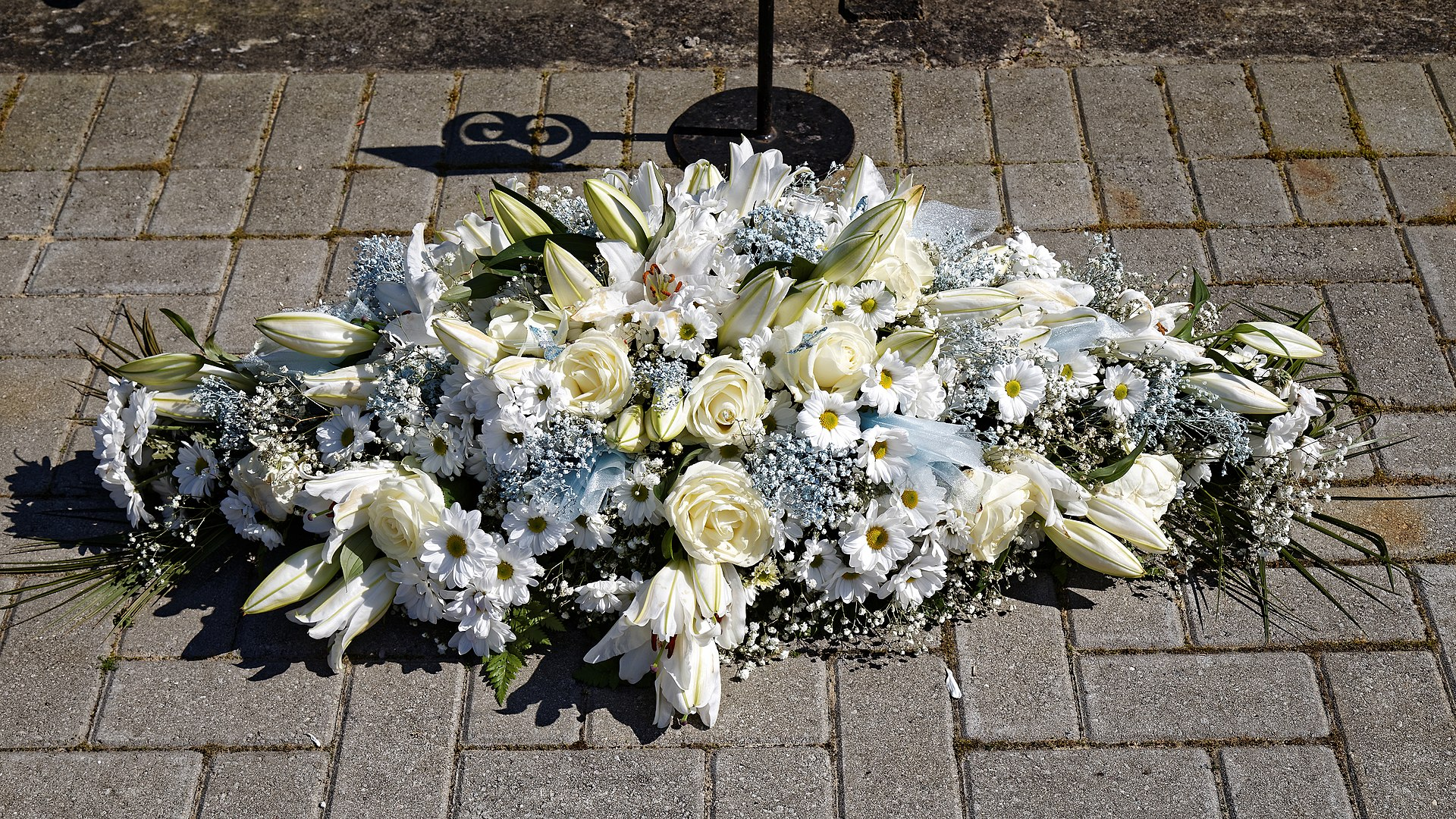 1920px-City_of_London_Cemetery_and_Crematorium_~_floral_tribute_-_White_wreath