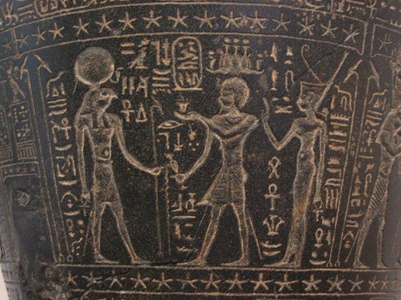 Archivo:Clessidra ad acqua (particolare), dinastia tolemaica,  Tolomeo II Filadelfo, basalto, da Alessandria, ritrovata frammentaria  nell'Iseo Campense (Roma).JPG