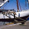 Collectie NMvWereldculturen, TM-20028607, Dia, 'Het lossen van een lading hout aan boord van een Buginese prauw in de haven Sunda Kelapa', fotograaf Bob van Opzeeland, 1987.jpg