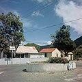 Collectie Nationaal Museum van Wereldculturen TM-20017532 Woningen bij een verkeersplein in Koolbaai Sint Maarten Boy Lawson (Fotograaf).jpg
