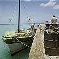 Collectie Nationaal Museum van Wereldculturen TM-20029500 Boot aan de kade met vracht schroot Aruba Boy Lawson (Fotograaf).jpg