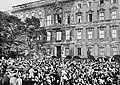 Crowd cheers the Kaiser at the Berliner Stadtschloss, 1914.jpg