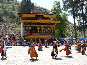 Tshechu - Image: Dance of the Black Hats with Drums, Paro Tsechu 4
