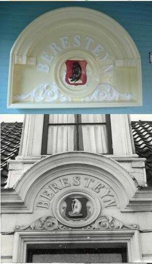 Hofje Codde en Van Beresteijn - Decoration next to the door of the current hofje, above a picture from when it was above the door in the door in the Lange Molenstraat. That location also had a door on the Lange Herenstraat, Haarlem
