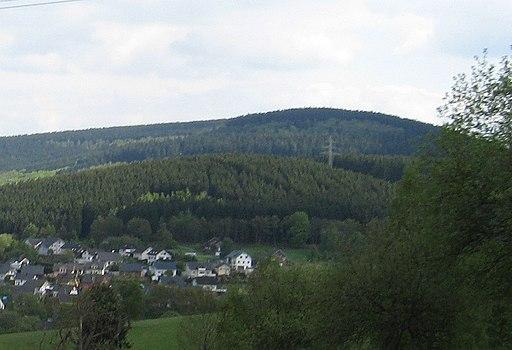 Die Burg, Burbach (Hintergrund)