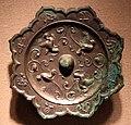 Dinastia tang, specchio lobato con uccelli, insetti, boccioli e viticci, 690-750 ca.jpg