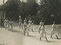 Een groep deelneemsters (Da Di Do?) onderweg tijdens een Vierdaagse. – F42260 – KNBLO.jpg