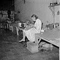 Een vrouw aan het naaien in het Adek-kamp, Bestanddeelnr 255-8178.jpg