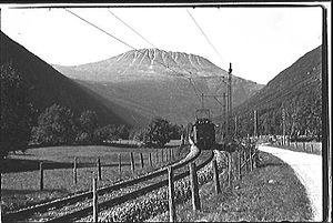 Norsk Transport - Locomotive hauling train down Vestfjorddalen