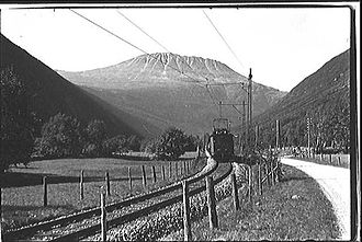 Rjukan Line - Locomotive hauling a train down Vestfjorddalen
