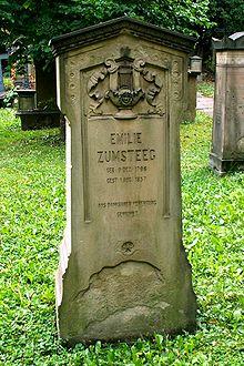 Grabstein auf dem Hoppenlaufriedhof (Quelle: Wikimedia)