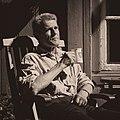 Faarlund tar en tekopp hjemme på Faarlund på Toten 4kant.jpg