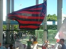Bandeira do Flamengo na entrada do Maracanã.