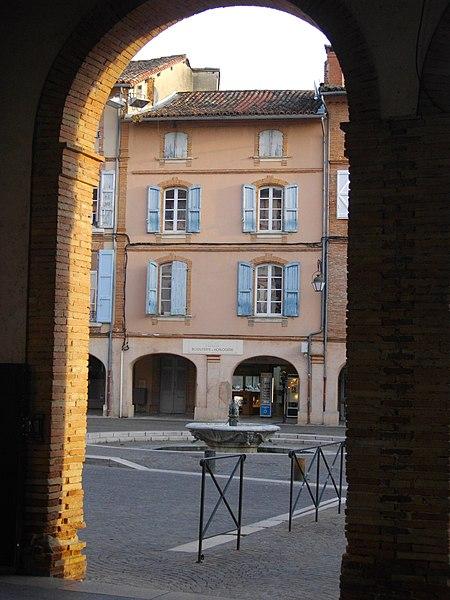 Fontaine du Griffoul vue depuis une des arches du marché couvert.