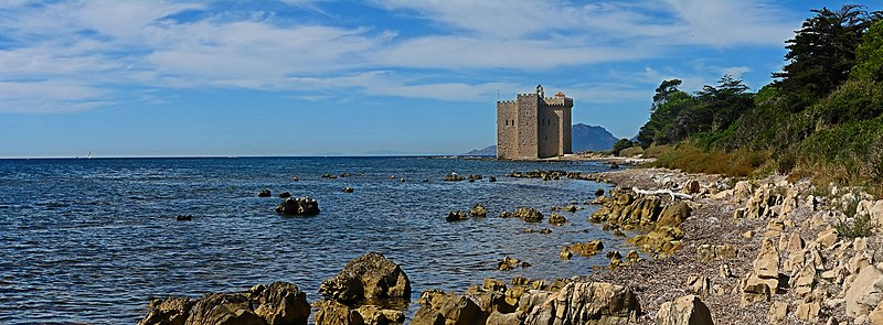 Fichier:Fortified monastery of Abbey Lérins - Ile Saint-Honorat - Cannes - France.jpg