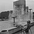 Fotothek df ps 0001028 Sich ausruhende Frau mit Kind am Brunnenrand der Wassersp.jpg