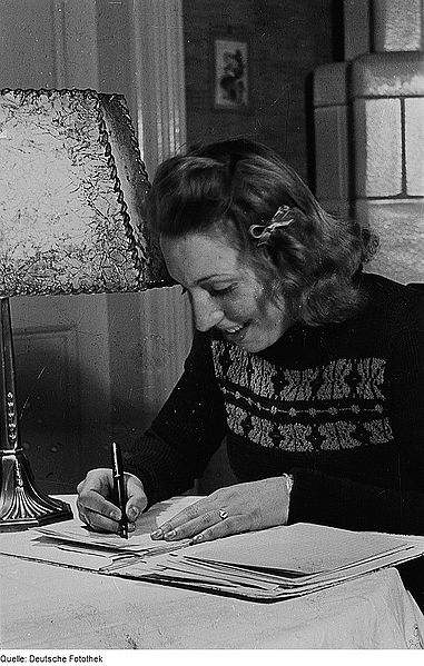 File:Fotothek df roe-neg 0000071 003 Portrait einer jungen Frau beim Schreiben.jpg