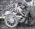 Grand Prix de l'ACF 1906, Victor Hémery arrime sur sa voiture des bandages de rechange avant le départ.jpg