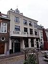 foto van Huis met gebosseerd gepleisterde lijstgevel
