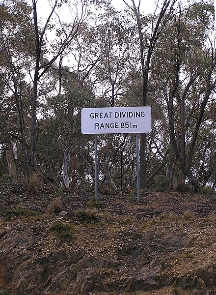 Great Dividing Range sign on the Kings Highway between Braidwood and Bungendore, New South Wales GreatDividingRangeSign.jpg