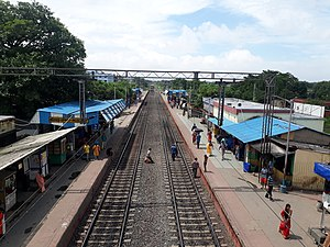 Halisahar railway station in North 24 Parganas.jpg