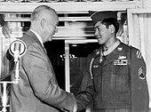 Hiroshi H. Miyamura skuado donas kun prezidanto Eisenhower post estado prezentita kun la Medalo de Honoro