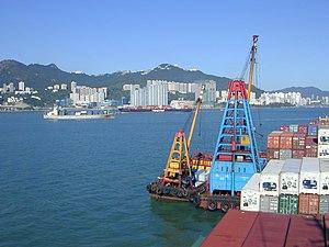 Stevedore - Image: Hong Kong 2005 auf Reede, zwei Bargen mit Kränen an Backbord fest